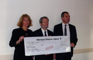 Jean-Pierre Gillet remet un chèque de 20 000 € à Thierry BOSC