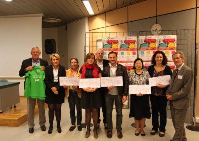 Jean-Pierre Gillet, président du Gefluc Grenoble remet 90 000 € au CHU Grenoble Alpes pour financer des projets de recherche sur le cancer