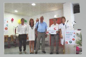 Bruno Peruzzo, Fabienne Arisdakessian, Jean-Marc Grenier, André Desmerger, Jean-Pierre Gillet, remettent 15000 € à un membre de l'équipe du Dr Bouvier.